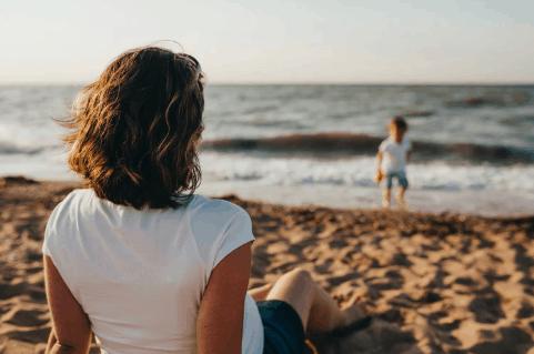 complémentaire mutuelle santé et famille mouton avec enfants sur plage